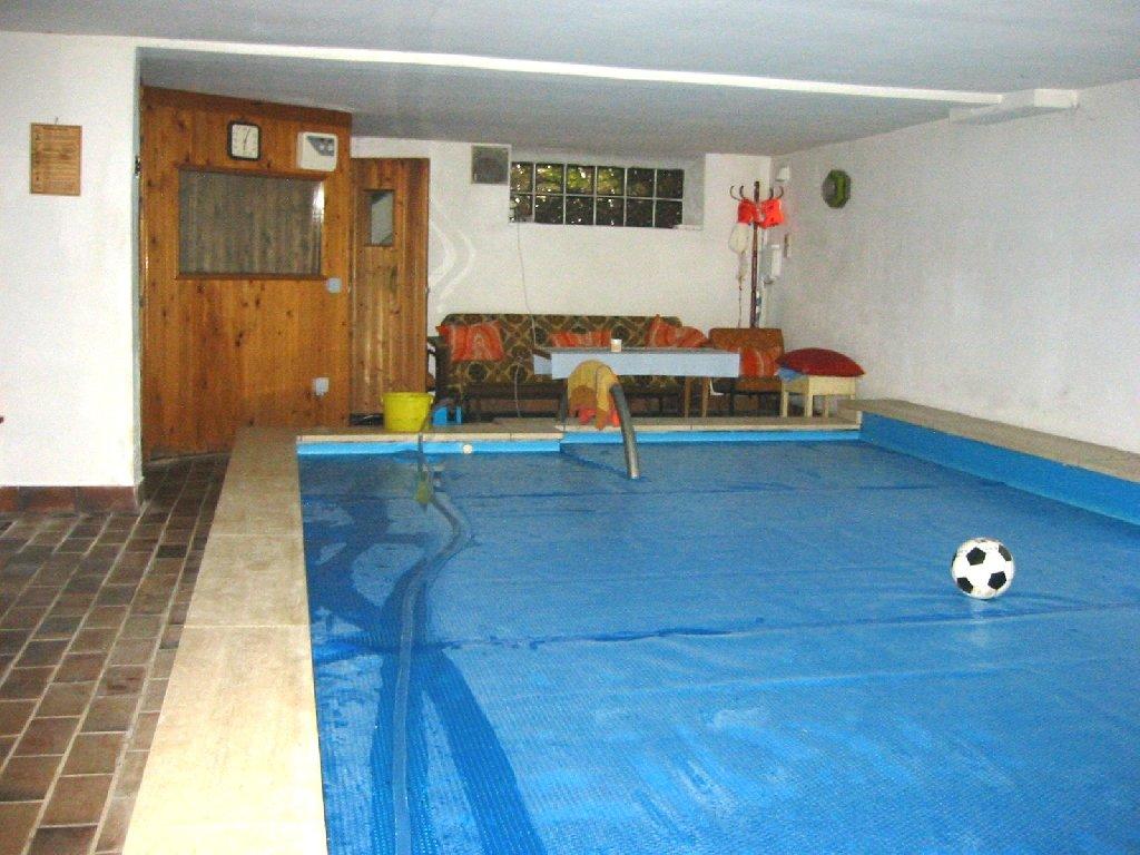 ferienhaus fuer 8 personen mit eigenem schwimmbad und sauna in deutschland in 42929. Black Bedroom Furniture Sets. Home Design Ideas